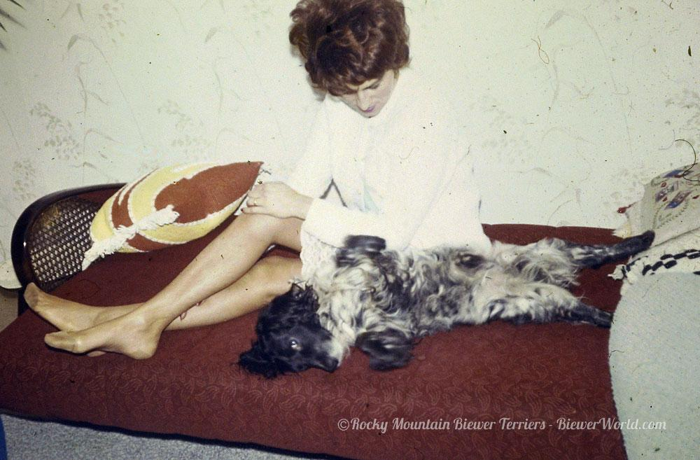 Gertrud Biewer and her dog at the apartment in Cologne