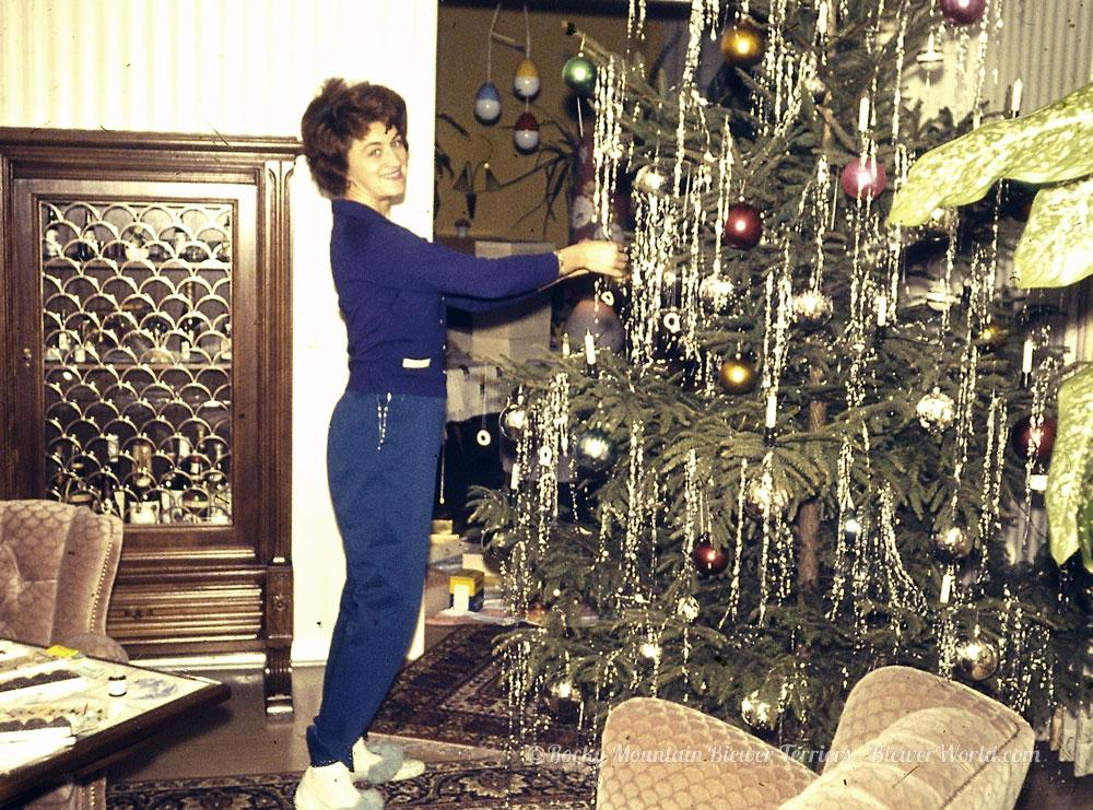 Gertrud Biewer decorating the tree at the apartment in Cologne